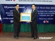 越南企业向柬埔寨大学生颁发奖学金