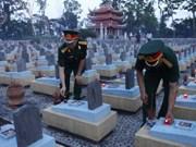 越南首都河内居民向英烈们敬香并为其超度
