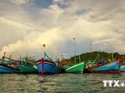 越南前江省向渔民提供高频遥控通信设备