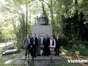 越共中央书记处书记黎鸿英对英国进行工作访问