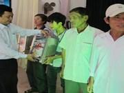越南海洋医学学院向河静省渔民赠送50个药箱和医疗设备