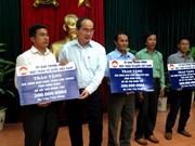 越南祖国阵线中央委员会主席阮善仁看望慰问庆和省优抚家庭和渔民