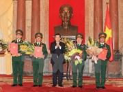 越南国家主席张晋创向越南人民军四位军官颁发晋升上将军衔的命令状