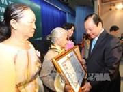 """胡志明市向327位母亲授予和追授""""越南英雄母亲""""称号"""