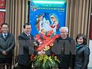越南祖国阵线中央委员会代表团向北宁省总教区主教座堂祝贺圣诞