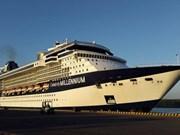 """搭载3500名国际游客和船员的美国豪华游轮""""精致千禧号""""抵达下龙湾"""