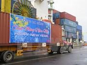 越南岘港市仙沙港迎来2015年第一天首批货物
