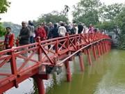 2015年初河内市各旅游景点吸引大量游客观光