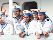 越南跨部门工作代表团看望长沙岛县军民
