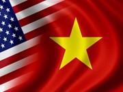 """越南向美国教授授予""""致力于各民族和平友谊""""纪念章"""