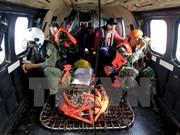 印尼搜救人员将亚航失事客机机尾残骸打捞出水