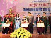 """越南永福省追授351已故母亲""""越南英雄母亲""""称号"""
