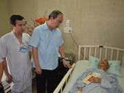 越南祖国阵线中央委员会主席阮善仁看望慰问阮功名牧师