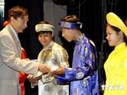 法国奥东瓦莱教授向越南优秀生颁发奖学金