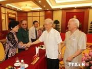 越共中央总书记阮富仲会见老先锋青年代表