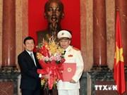 越南国家主席向公安部领导授予普升上将警衔决定书