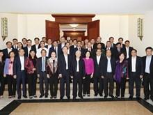 越共中央政治局委员与河内市市委举行工作会谈