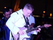 美国海军第七舰队乐队举行文艺演出 与岘港市民和游客亲切交流(组图)