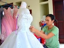 南定省: 婚纱礼服制作工艺业铺就沿海居民致富路