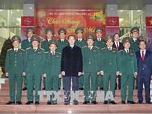 越南国家主席陈大光向春节在岗值班人员拜年