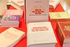 阮富仲总书记的《坚信党的领导,克服任何困难》书籍正式出版发行