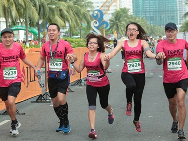 来自44个国家的5000多名运动员参加胡志明市国际马拉松比赛