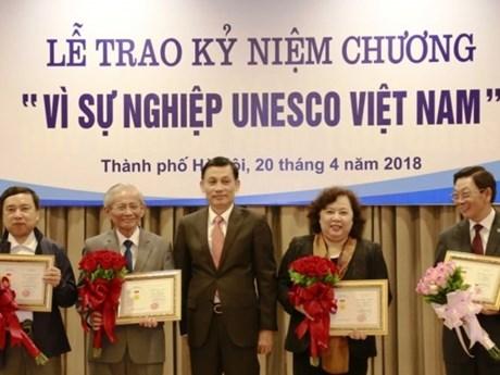 """20名河内市民荣获""""致力于越南UNESCO 事业""""纪念章"""