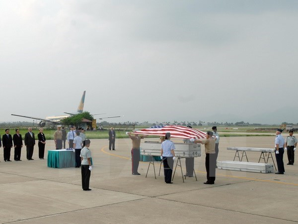 越南战争期间失踪的美国军人遗骸归国仪式在内排机场举行